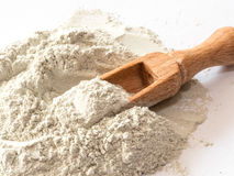 Zeolite ακατέργαστα σκόνη και κουτάλι στο άσπρο υπόβαθρο Στοκ εικόνες με δικαίωμα ελεύθερης χρήσης