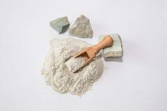 Zeolite ακατέργαστες σκόνη και πέτρες στο άσπρο υπόβαθρο Τοπ όψη Στοκ φωτογραφίες με δικαίωμα ελεύθερης χρήσης