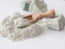 Zeolite ακατέργαστες σκόνη και πέτρες στο άσπρο υπόβαθρο Στοκ Φωτογραφίες