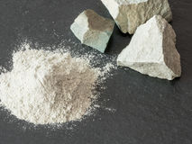 Zeolite mesolite ακατέργαστες πέτρες και zeolite σκόνη στο μαύρο backgro Στοκ Εικόνες