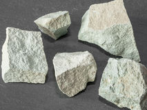 Zeolith mesolite rohe Steine auf schwarzem Steinhintergrund Beschneidungspfad eingeschlossen Lizenzfreie Stockbilder