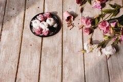 zephyr Bonbons colorés sur le plan rapproché de plat noir Photos libres de droits