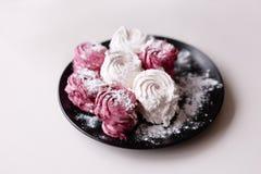 zephyr Färgrika sötsaker på closeupen för svart platta Royaltyfri Bild