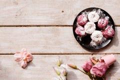 zephyr Färgrika sötsaker på träbakgrunden Royaltyfria Bilder