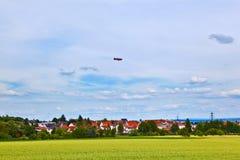 Zeppelin auf Himmel auf einem Ausflug gefördert Stockfotografie