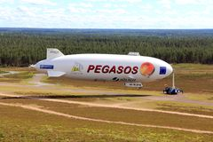 Zeppelin NT de Pegasos dans l'aéroport de Jamijarvi, Finlande Image stock