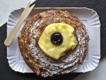 Zeppola, o zeppola de San José, dulce típico de Italia meridional Imagenes de archivo