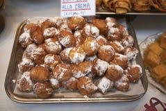 Zeppole, carnaval italiano dulce en una tienda de la panadería fotos de archivo libres de regalías