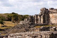Zerbröckelnde Mayaruinen bei Tulum lizenzfreie stockbilder