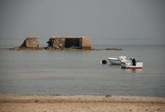 Zerbröckelnder Damm mit zwei Booten Lizenzfreie Stockfotografie