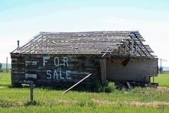 Zerbröckelndes Haus zu verkaufen Stockfotos
