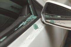 Zerbrochene Fensterscheibe auf modernem Sportauto stockfotografie