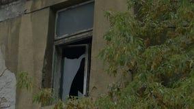 Zerbrochene Fensterscheibe auf trostlosem Haus stock video