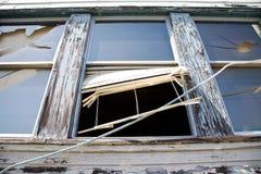 Zerbrochene Fensterscheibe in einem verlassenen Gebäude Lizenzfreie Stockfotos