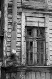 Zerbrochene Fensterscheibe im alten Holzhaus Schwarzweiss, sehr scharf Lizenzfreie Stockfotos