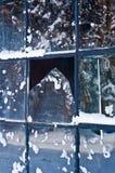 Zerbrochene Fensterscheibe im Winter Stockbild