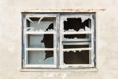 Zerbrochene Fensterscheibe mit Betonmauer herum Lizenzfreie Stockbilder