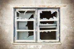 Zerbrochene Fensterscheibe mit Fokus zum Fenster lizenzfreie stockfotos