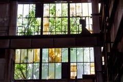 Zerbrochene Fensterscheiben in der alten Fabrik stockfoto