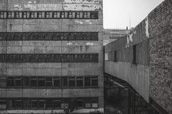 Zerbrochene Fensterscheiben in einem alten verlassenen Industriegebäude Stockbild