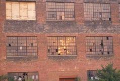 Zerbrochene Fensterscheiben eines verlassenen Ziegelsteinfabrikgebäudes, South Bend, Indiana Stockfotos