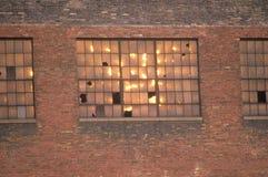 Zerbrochene Fensterscheiben eines verlassenen Ziegelsteinfabrikgebäudes, South Bend, Indiana Lizenzfreie Stockbilder