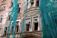 Zerbrochene Fensterscheiben und Fassade des Altbaus lizenzfreies stockfoto
