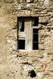 Zerbrochene Fensterscheiben und Steinwand Stockfotografie
