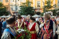Zeremonie ist das Versprechen von ersten Klassen der Highschool Jan.s III Sobieski am Hauptmarktplatz nahe StMary-Kathedrale Lizenzfreie Stockfotos