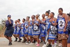 Zeremonie Umhlanga Reed Dance, j?hrlicher traditioneller nationaler Ritus, einer von acht Tagesfeier, junge reine M?dchen mit gro stockbilder