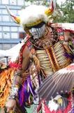 Zeremonielle Bewegungen eines Kriegsgefangen-wow Tänzers Stockbild