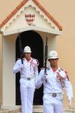 Zeremonielle Paare des Schutzes nähern sich Prinz ` s Palast von Monaco lizenzfreies stockfoto