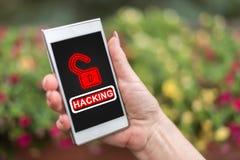 Zerhacken des Konzeptes auf einem Smartphone lizenzfreie stockbilder