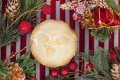 Zerkleinern Sie Torte auf einem abkühlenden Gestell, das für Weihnachten verziert wird Lizenzfreies Stockbild