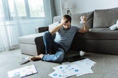 Zerknitterndes Papier des deprimierten unglücklichen Mannes Lizenzfreies Stockfoto