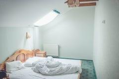 Zerknittert Bett-kleiden Sie stockfoto