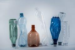 Zerknittert die verschiedenen Wasserflaschen, die in Folge stehen stockfotos