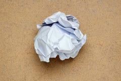 Zerknitterte Papierkugel Das Designdetail stockfoto