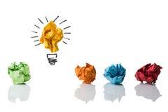 Zerknitterte symbolisierende verschiedene Papierlösungen mit einem highligh Stockfoto