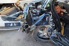 Zerknitterte und gebrochene Hauben der zusammengestoßenen Autos Stockbilder
