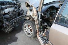 Zerknitterte und gebrochene Hauben von zwei stießen Autos zusammen Stockfoto
