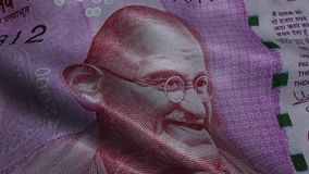 Zerknitterte zwei tausend Rupien Indien-Banknoten-Mahatma- Gandhiporträt-