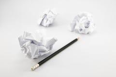 Zerknitterter Papier-, schwarzer Bleistift stockfoto