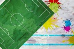 Zerknitterter Papier- und Fußballhintergrund Stockbild