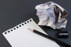 Zerknitterter Papierball des klassischen Auswertungsformulars der Weinlese mit Bleistift-, Bleistiftspitzer- und Papierreduzierun Lizenzfreies Stockfoto