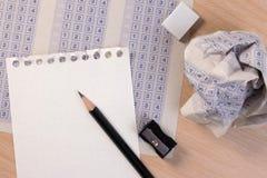 Zerknitterter Papierball des klassischen Auswertungsformulars der Weinlese mit Bleistift-, Bleistiftspitzer- und Papierreduzierun Stockbild