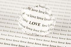 Zerknitterter Papierball mit Wörter Liebe Stockfotos