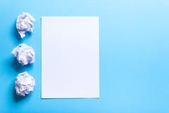 Zerknitterter Papierball und leeres Blatt Stockfoto