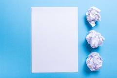 Zerknitterter Papierball und leeres Blatt Stockfotografie