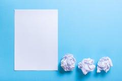 Zerknitterter Papierball und leeres Blatt Lizenzfreie Stockfotos